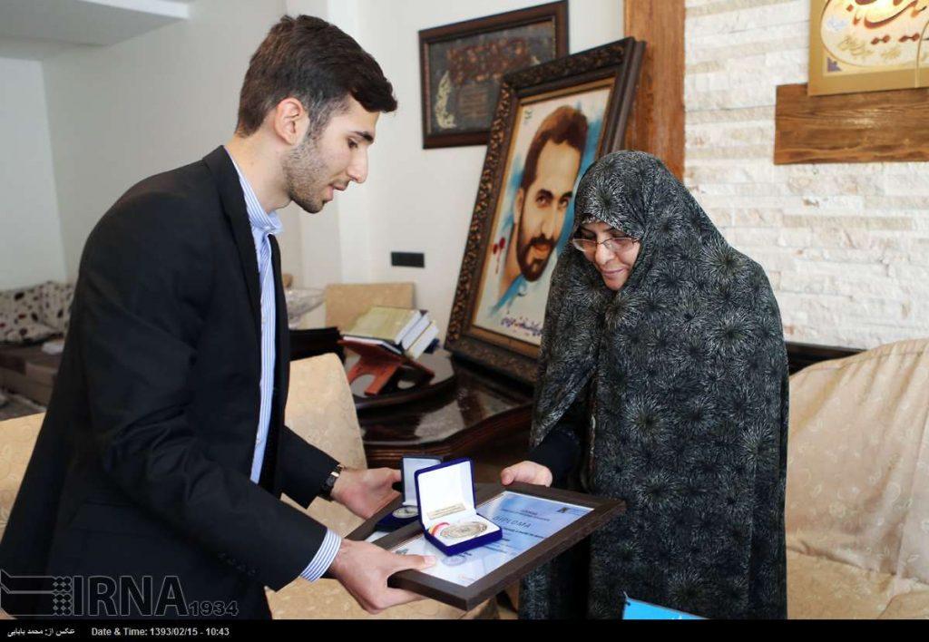 ایرنا، عکس روز- اهدا جوایز بینالمللی مهدی منصوریار، مخترع، به مادر شهید مصطفی احمدی روشن